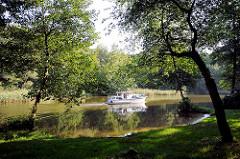 Sportboot auf der Siggelhavel bei Fürstenberg (Havel) - Blick vom Havelpark.