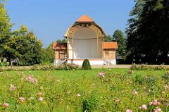 Historischer Holzpavillion, blühende Rosen im Stadtpark von Fürstenberg, Havel.