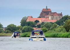 Blick von der Havel zum Domberg der Hansestadt Havelberg - Motorboote fahren havelabwärts.