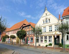 Historische Wohn- und Geschäftshäuser / Fachwerkarchitektur von 1730 - Apotheke, Lange Strasse in Hagenow.