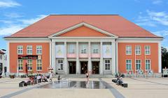 Kulturzentrum der Stadt Rathenow - Kulturhaus Johannes R. Becher: Inschrift : WIR ERHOBEN UNS - GESTALT ZU SEIN; Brunenanlage.