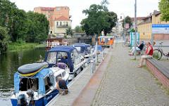 Stadthafen von Rathenow an der Havel - Liegeplätze für Gastlieger mit Stromanschluss; Motorboote und ein Hausboot liegen am Steg - im Hintergrund die Stadtschleuse.