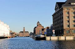 Historische Industriearchitektur im Westhafen Berlins - grosse Tanks am Hafenkai - Speichergebäude / Verwaltungsgebäude.