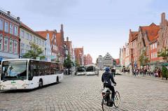 Lüneburger Platz Am Sande - historische Giebelhäuser; Fahrradfahrer - Autobus.