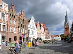 Historische Giebelhäuser - Platz am Sande - im Hintergrund der Kirchturm der St. Johanniskirche.; Architekturfotos der Hansestadt Lüneburg.