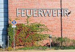 Schriftzug Feuerwehr - Feuerwehrhaus in Lüneburg.