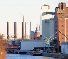 Blick vom Nordufer des Kanals auf Hafenanlagen und das Kraftwerk in Berlin Moabit.