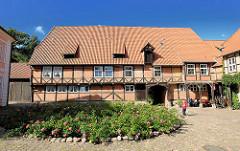 Innenhof Kloster Lüne - ehemaliges Benediktinerinnenkloster und heutiges evangelisches Damenstift in Lüneburg; gegründet 1172 - nach einem Großbrand 1380 in Backsteingotik wieder aufgebaut.