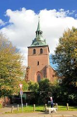 Kirchturm der St. Michaeliskirche in Lüneburg; weisse Wolken, blauer Himmel.