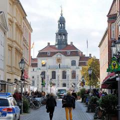 Rathaus von Lüneburg - Das Lüneburger Rathaus ist ein Beispiel mittelalterlicher und frühneuzeitlicher profaner Architektur in Norddeutschland. Es entstand um 1230, wurde über Jahrhunderte hinweg immer wieder erweitert.
