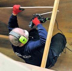 Innenausbau des Schiffsrumpfs - Zuschnitt von Holzteilen.