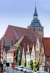 Historische Wohnhäuser in der Lüneburger Strasse Auf dem Meere, Blick zur St. Michaeliskirche; Grundsteinlegung der Kirche 1376 - Turmbau 1434.