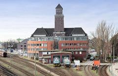 Blick über die Gleise der Güterbahn mit Lokschuppen / Lokomotiven und Verwaltungsgebäude am Westhafen in Berlin.
