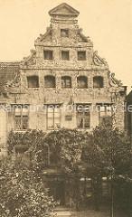 Historische Fotografie vom Heinrich Heine Haus in Lüneburg - historisches Giebelhaus aus dem 15. / 16. Jahrhundert.,