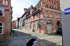 Blick über die  Strasse Auf der Altstadt in die Obere Ohlingerstrasse in Lüneburg - historische Backsteinarchitektur, Fachwerkhäuser.