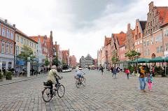 Lüneburger Platz Am Sande - historische Giebelhäuser; Fahrradfahrer.