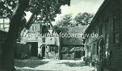 Historischer Gebäudekomplex ROTER HAHN in Lüneburg; Kopfsteinpflaster im Hinterhof.
