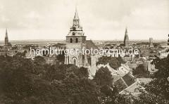 Historisches Panorama von Lüneburg - im Vordergrund die St. Michaeliskirche, re. der Kirchturm der St. Johanniskirche - lks. die St. Nicolaikirche.