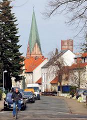 Blick vom Wilschenbrucher Weg in Lüneburg zum Kirchturm  St. Johannis und Wasserturm.