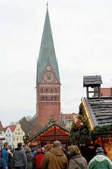 Weihnachtsmarkt in Lüneburg Am Sande - Kirchturm der St. Johanniskirche.