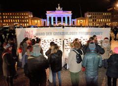Mahnwache von Muslimen am Brandenburger Tor; Aufruf vom Zentralrat der Muslime und der Türkischen Gemeinde zur gemeinsamen Kundgebung als Reaktion auf die Terroranschläge in Paris. Fotowand der grenzenlosen Freudschaft - #Lovestorm.