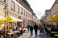 Fussgängerzone - Cafès und Restaurants in der Schröderstrasse, die Gäste sitzen im Freien in Sonne - Fussgänger.
