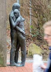 Bronzeskuptur im Öffentlichen Raum / Lüneburg - ein Paar umarmt sich.