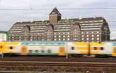 Personenzug in Fahrt vor dem ehem. Getreidespeicher am Berliner Westhafen.