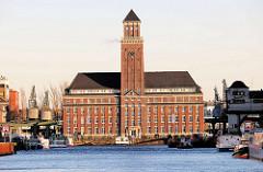 Hafenbecken und BEHALA-Verwaltungsgebäude mit dem 52 Meter hohen Turm im Berliner Westhafen.