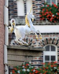 Mit gold verziertes Einhorn an der Einhorn-Apotheke in Lüneburg.