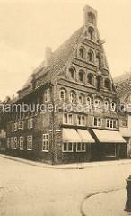 Historische Backsteinarchitektur in der Salzstadt Lüneburg - Wohnhaus / Geschäftshaus in der Grapengießerstraße.