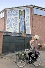 Katholische Kirche St. Marien in der Hansestadt Lüneburg - erbaut 1963, Architekt Karlhein Bargholz; am Eingang der Kirche Darstellung Maria mit dem Jesuskind.