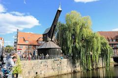 Alter Kran im Ilmenau-Hafen. Der 1797 erbaut Krahn gehörte damals zu den leistungsfähigsten in ganz Norddeutschland; er konnte durch Menschenkraft ca. 9 Tonnen heben.