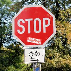 Stop Eating Animals - Stopschild mit Aufkleber; Schild Fahrradverkehr in beide Richtungen.
