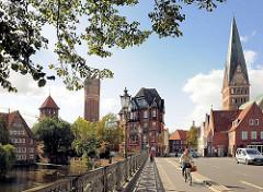 Panorama der Hansestadt Lüneburg - Blick von der Altenbrückertorstrasse über die Ilmenau; re. die Johanniskirche - lks. der Wasserturm und die Ratsmühle.