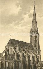 Historische Aufnahme der St. Nikolai-Kirche in Lüneburg / Kirchenschiff und Kirchturm, Seitenansicht.