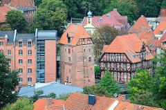 Blick zur historischen Abtsmühle mit Speichergebäude an der Ilmenau in Lüneburg.