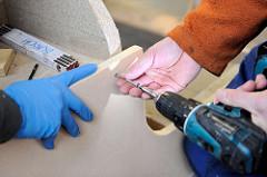 Fixierung von Einzelteilen beim Deckbau mit Schrauben.