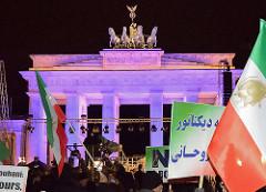 Mahnwache von Muslimen am Brandenburger Tor; Aufruf vom Zentralrat der Muslime und der Türkischen Gemeinde zur gemeinsamen Kundgebung als Reaktion auf die Terroranschläge in Paris / Anschlag auf die Satirezeitschrift Charlie Hebdo und Supermarkt für