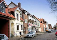 Neue und historische Archtiktur in der Hansestadt Lüneburg - Geschäfte und Wohnhäuser in der Feldstrasse.