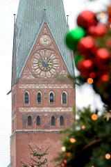 Kirchturm der St. Johanniskirche in Lüneburg, Turmuhr - Weihnachtskugeln, Tannen / Weihnachtsmarkt.