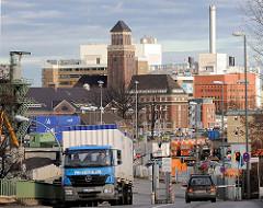 Industriearchitektur am Westhafen in Berlin; im Hintergrund das Kraftwerk Moabit.