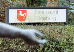 Schild Finanzamt Lüneburg.
