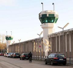 Gefängnismauer - moderne Wachtürme / Überwachungskameras - JVA Charlottenburg / Berlin.