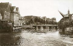 Alte Ansicht vom Stinmarkt in der Hansestadt Lüneburg ( ca. 1900); re. der Alte Kran im Ilmenau-Hafen. Der 1797 erbaut Krahn gehörte damals zu den leistungsfähigsten in ganz Norddeutschland.
