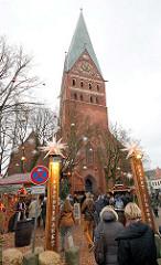 St. Johanniskirche in der Hansestadt Lüneburg - Die fünfschiffige gotische Hallenkirche wurde zwischen 1289 und 1470 erbaut und gilt als bedeutendes  Bauwerk der norddeutschen Backsteingotik. Eingang des Weihnachtsmarkte vor der Kirche Am Sande / Bei