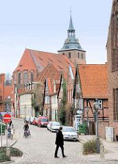 """Blick über die Strasse """"Auf dem Meere"""" zur St. Michaeliskirche in der Hansestadt Lüneburg."""