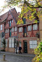 Historische Architektur, Fachwerkgebäude mit farbigem Dekor in Lüneburg; ca. 1300 denkmalgeschützte Gebäude gibt es in der Salzstadt / Hansestadt  Lüneburg.