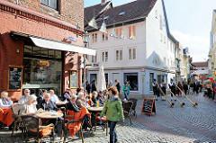 Strassencafe in der Schröderstrasse von Lüneburg - Alphornbläser an der Kuhstrasse.