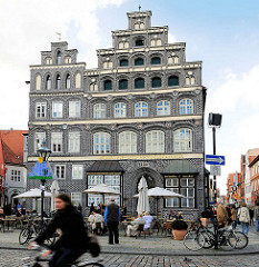 Hauptsitz der IHK Lüneburg-Wolfsburg in Lüneburg, am Platz Am Sande; Renaissancebau, errichtet 1548 - Doppelgiebel mit dunkelgrauem Backstein - ehemals Brauhaus, Gastwirtschaft, Einzelhandelsgeschäft und Staatsbank.